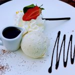 Vanille-roomijs met chocoladesaus